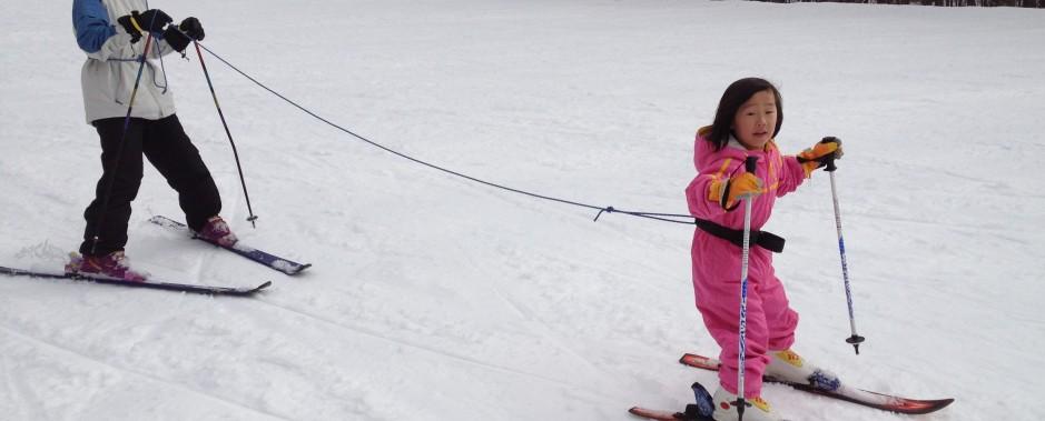 子連れでスキーやスノーボードを楽しむための準備やゲレンデ・託児所についての情報を紹介します。